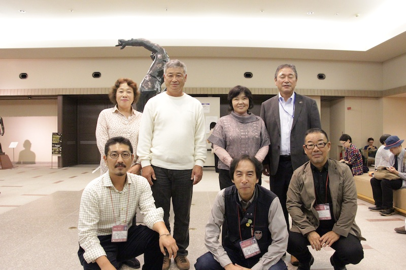 左から野田雅也監督、豊田直巳監督、安岡卓治編集、出演者の面々