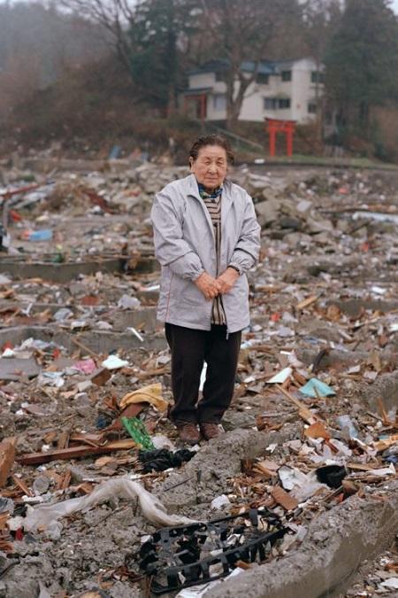 2011年4月23日 岩手県宮古市田老田中 「震災を思い出すので、直後はなかなか自分の家に戻ることができなかった」 自宅跡に探し物をしにきた女性です。高価な物ではなくても、自分にとって大切な物を探す方々と対面すると、物に対する人の価値観を改めて考え直します。 (テキスト=田代一倫、以下同じ)