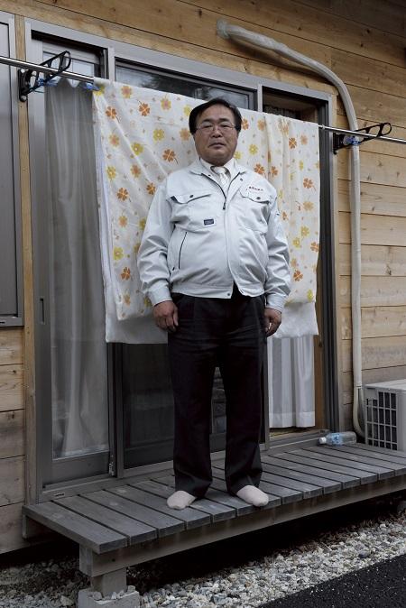 2012年4月26日 福島県田村市三春町中妻 「今から会議なんですけど…」 葛尾村から避難した方の仮設住宅です。この男性は息子とふたりで暮らす村役場の議員さんで、仮設に住む一世帯ごとにガイガーカウンターを購入して配るかどうかを話し合いに行くところでした。