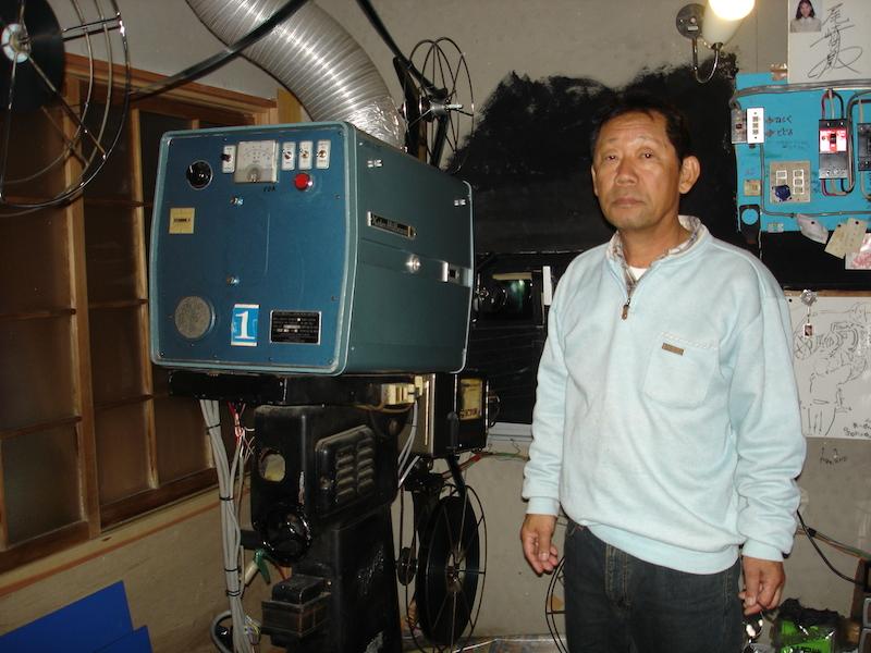 大心劇場の映写機(フジセントラルF-5 富士精密工業1954年製)と館主の小松秀吉さん