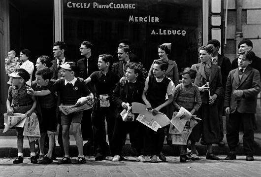 ツール・ド・フランスのレースを見物する人びと フランス、ブルターニュ 1939 年7 月 東京富士美術館蔵 © International Center of Photography / Magnum Photos
